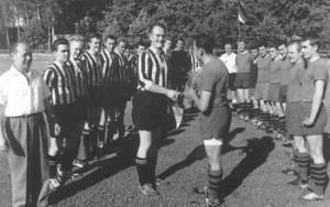 Die Einweihung des Rasenplatzes 1962 - Mannschaftsführer M. Becker